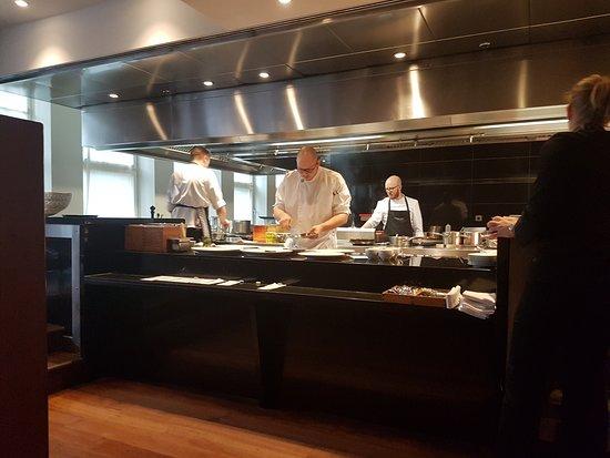 Apples Restaurant & Bar: Open kitchen