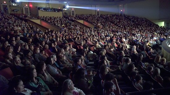 Pembroke, Carolina del Norte: Audiences watch the intro of The Wizard of Oz in March 2018.