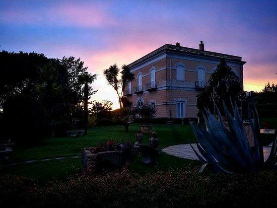 Nicosia, Italie : Villa Liberty al tramonto