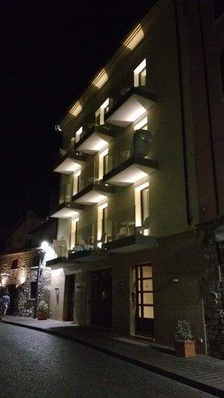 Hotel Miro: Front aspect at night