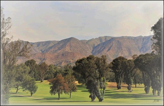 Ojai, Калифорния: The view from the balcony over the golf course to the mountains