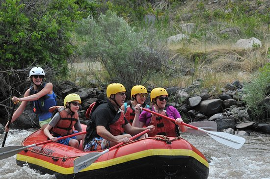 Canottaggio di mezza giornata di Canon City Rafting in Bighorn Sheep Canyon: This was our guide, Maddy, helping my family through some rough waters!
