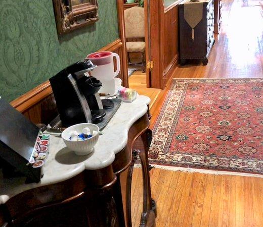 Arkadelphia, Арканзас: Keurig coffee station in main hallway