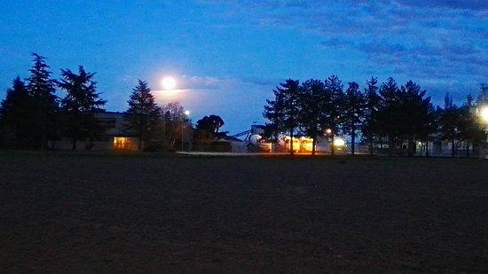 Migliarino, Italy: La Luna piena sullo sfondo della zona industriale