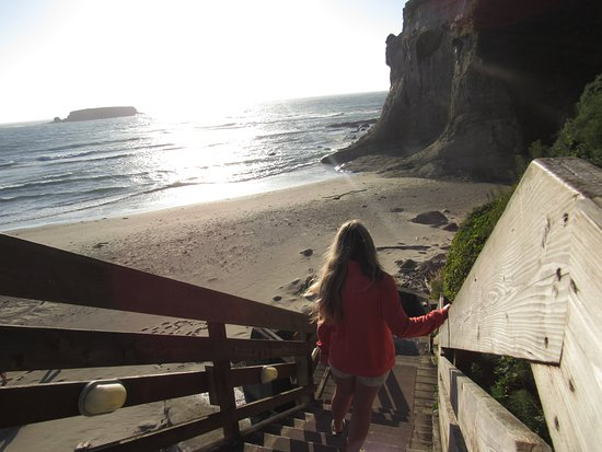 Otter Rock, OR: Stairs from pool area to beach