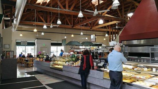 เอลเซอร์ริโต, แคลิฟอร์เนีย: Gran horno al centro, estructura de madera a gran altura, repostería y pastelería a la vista.