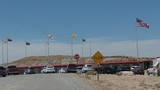 Teec Nos Pos, AZ: Outside the monument area in the parking lot