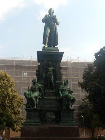 Statue of Johann Christoph Friedrich von Schiller: giardini e statue