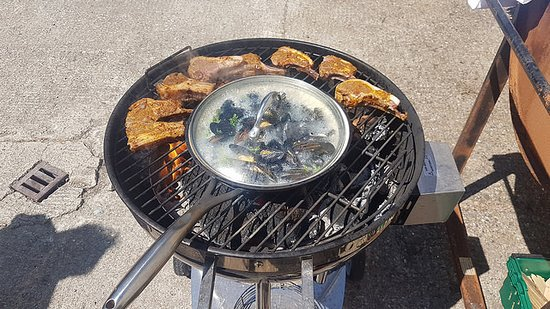 Arthurstown, Ierland: Lamb cutlets on the grill alongside mussels in a wine, cream and butter sauce