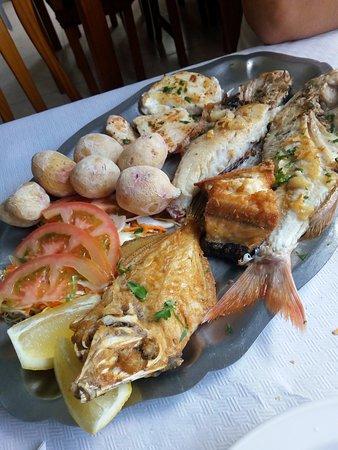 Las Playitas, Spain: pescato del giorno con patate e verdura
