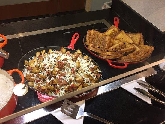 Hyatt Place Tampa Airport/Westshore : breakfast skillet presentation