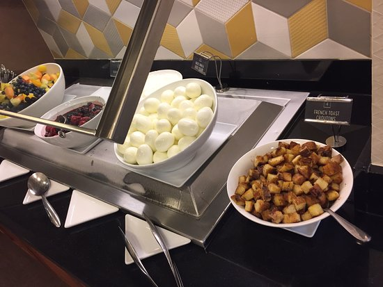 Hyatt Place Tampa Airport/Westshore : French toast cubes, eggs, berries, fruit