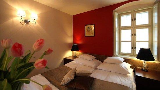 Platan Vararok Guest House: Standard franciaágyas szoba, a romantikus piros falaival, kanapéággyal, megfelelő választás páro