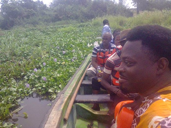 Badagry, Nigéria: Anago James Akeem Osho, and tourists on their way to the point of no return