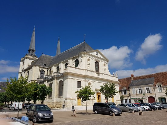 Eglise Notre Dame: Vue depuis la place