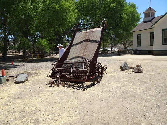 Winchester, Калифорния: School house and farm implements from a time long past