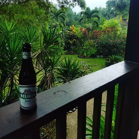 Sleeping Giant Rainforest Lodge: A short afternoon shower so time for a bar visit!