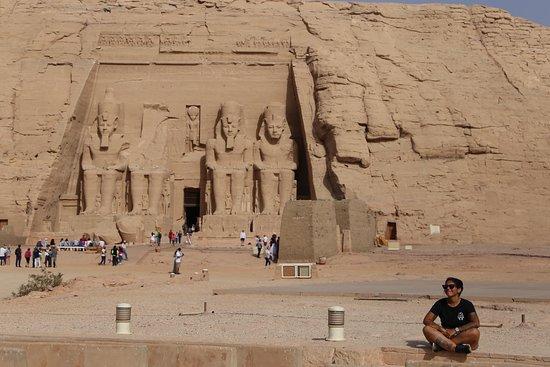 Abu Simbel Temple Complex: Acá a las afueras ddel templo de Ramsés II en Abu Simbel, Aswan. el templo es sorprendente !