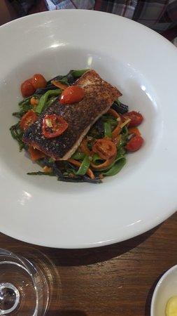 Salmón con pasta y verduras