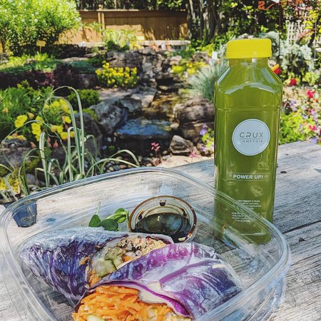 Montreal, France: Coldpressed juice and fresh spring roll