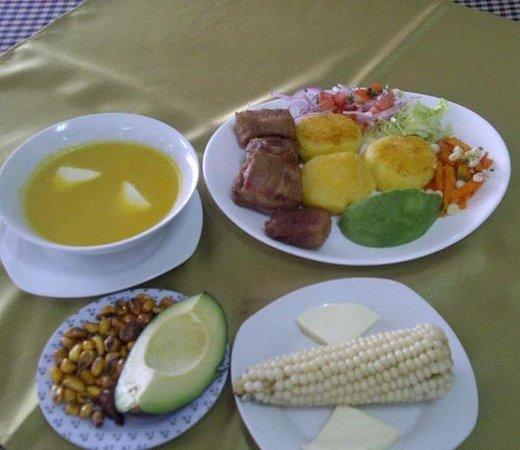 Guayllabamba, Ecuador: Locro, choclo con queso, llapingachos con fritada