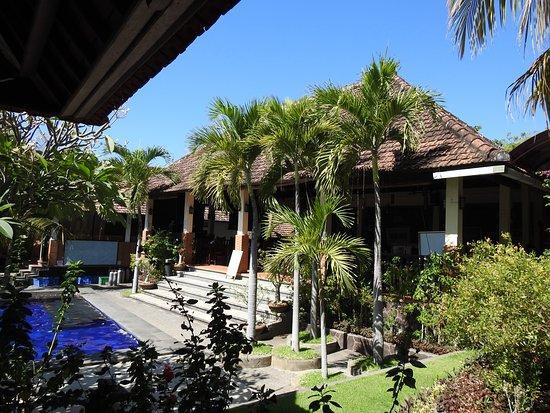 Liberty Dive Resort: restaurant face à la piscine