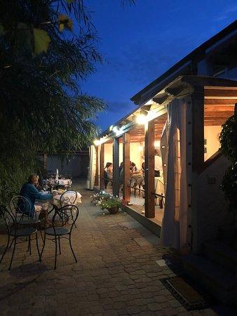 Capo Comino, Itália: L'esterno notturno