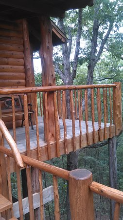 Treehouse Cottages: front view deck