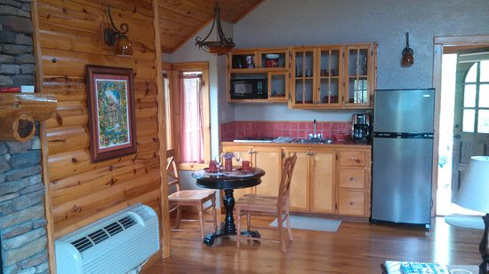 Treehouse Cottages: kitchen/dining area
