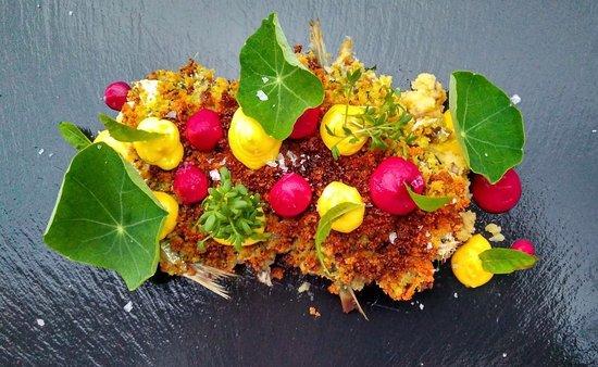 Sarche, Italien: Sarde di mare gratinate alle erbe aromatiche fresche, patate affumicate e cremoso di rapa rossa