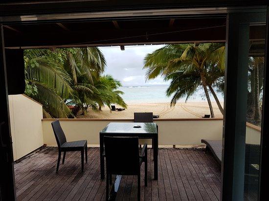 Vaimaanga, Isole Cook: Aussicht vom Zimmer auf die Terrasse und Strand.