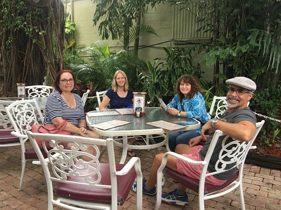 Jensen Beach, Φλόριντα: Friends at the outdoor seating area
