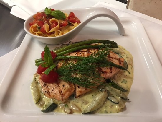 Bunnell, FL: Salmone dell'Osteria Perfectly Grilled Oven Seared Organic Dill-Asparagus-Zucchini Creamy Reduct