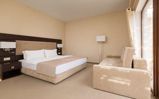 двуспальная кровать и раскладной диван или кресло в номере категории