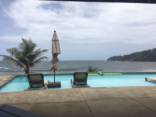 Marigot, Dominica: This is the view from the eating are the pool is near the area and the view is exceptional.