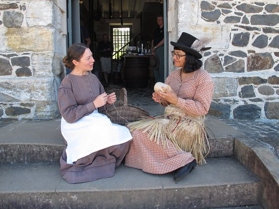 Kerikeri, Nieuw-Zeeland: Guides are always dressed in period costume at Kororipo Heritage Park.