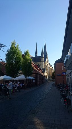 De kerk van Roxel in het zonlicht