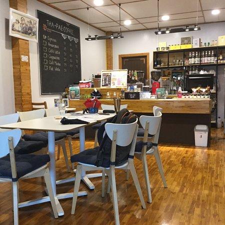 เป็นร้านอาหารที่มีทั้งอาหารเช้า อาหารเที่ยง อาหารเย็น ฟังเพลงดนตรีสด กาแฟเครื่องดื่ม ชิลๆ และมีห