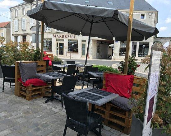Chateau-Landon, Frankreich: terrasse restaurant