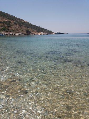 Fourni, Greece: Τα νερά της παραλίας