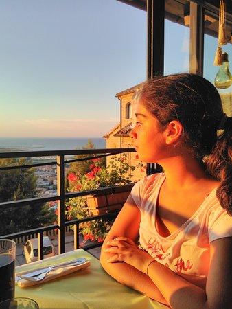 Torre di Palme, Italie : Mia figlia affacciata nella veranda del locale