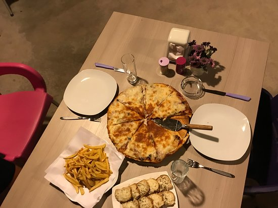 Mount Lebanon Governorate, Líbano: Delicious meal of pizza, homemade fries, and garlic bread