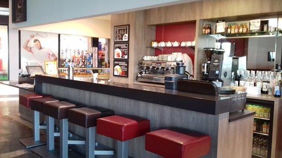 Surgeres, France: Prendre un café au bar
