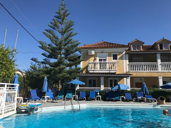 Elpida Hotel: Nice umbrellas and plenty of sunbeds.