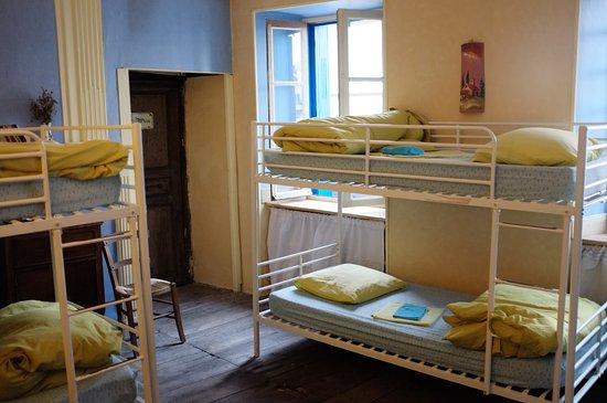 Decazeville, France: Frische Bettwäsche in einer Pilgerherberge - Hammer