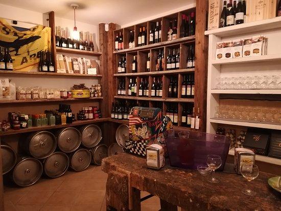Montescudo, Italia: Cantinetta per aperitivo e acquisti