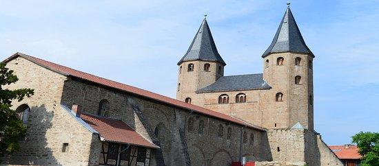 Drubeck, Niemcy: de kloosterkerk Sint Victus met torens