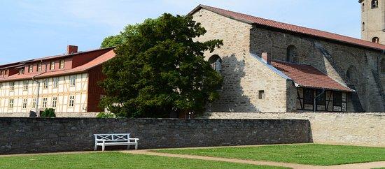 Drubeck, Niemcy: Een deel van het klooster- en kerkgebouw met tuin van de kloosterdames