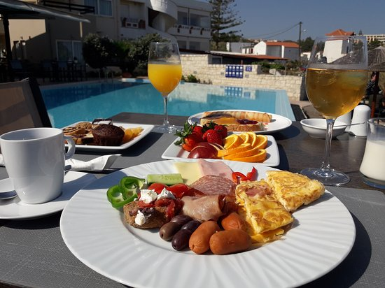Kalamaki, Greece: Breakfast by the Pool and the sea!