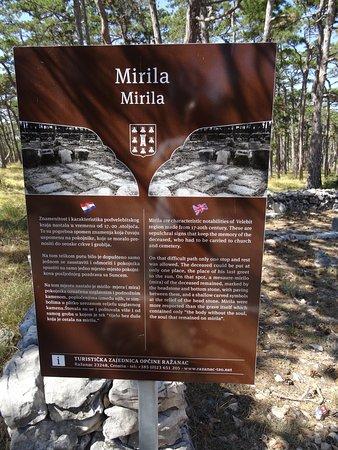 Razanac, Hrvatska: Tafel neben den Mirila-Steinen